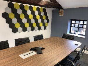 Paneles acústicos hexagonales estampados en una oficina 1.