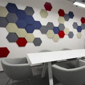 Paneles acústicos hexagonales estampados en una oficina 2.