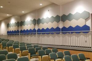 Paneles acústicos hexagonales estampados en una sala de conferencias