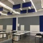 paneles-de-techo-azul-en-un-recibidor
