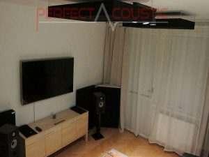 paneles-de-techo-negros-en-un-dormitorio