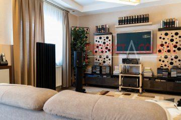 sala de estar con paneles acústicos